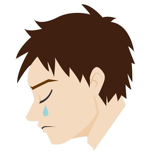 男性泣いている