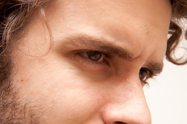 外国人男性の眉