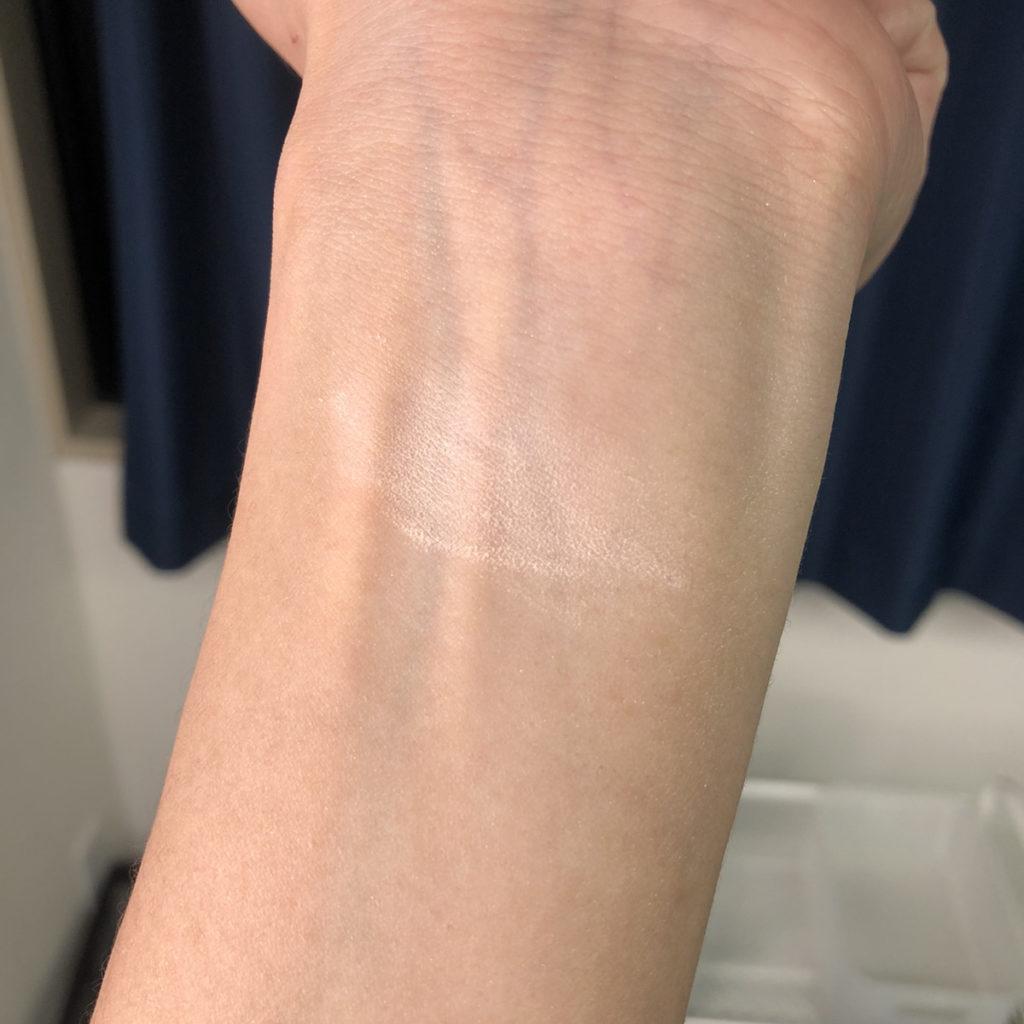 化粧品をつけた手