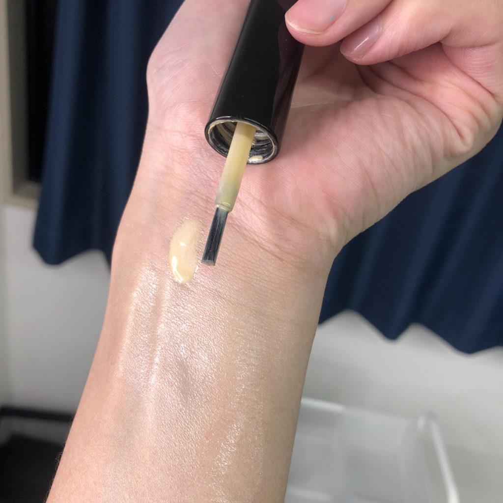 化粧品をのせた腕